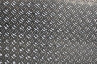 """Es un tipo de plancha metálica generalmente prefabricada la cual posee un patrón regular de """"diamantes"""" o líneas en relieve que permiten un mejor agarre evitando así el riesgo de deslizamientos"""